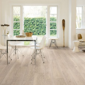 Panele laminowane marki Quick Step odzwierciedlają wygląd desek podłogowych. Na zdjęciu Dąb biały olejowany, dekor dąb. Fot.  Quick Step.
