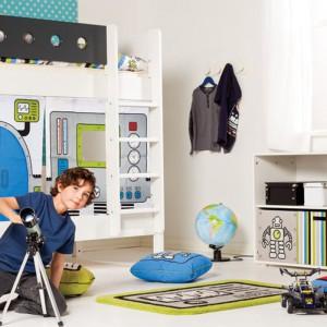 Materiałowe dodatki umożliwiają zaaranżowanie przestrzeni pod łóżkiem jako np. tajemniczy domek. Fot. Scandikids.