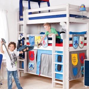Łóżko dla braci przekształcone w rycerski zamek. Fot. Scandikids.