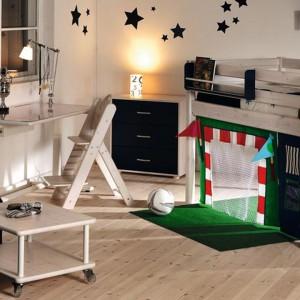 Przestrzeń pod łóżkiem można wykorzystać do stworzenia bramki footbolowej. Fot. Scandikids.