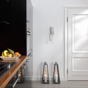 Model drzwi Opera z Kolekcji Stylowej firmy CAL w białej wersji kolorystycznej. Skrzydło jest wyposażone w zamek magnetyczny i zawiasy regulowane w trzech płaszczyznach. Fot. Zakład Stolarki Budowlanej CAL.