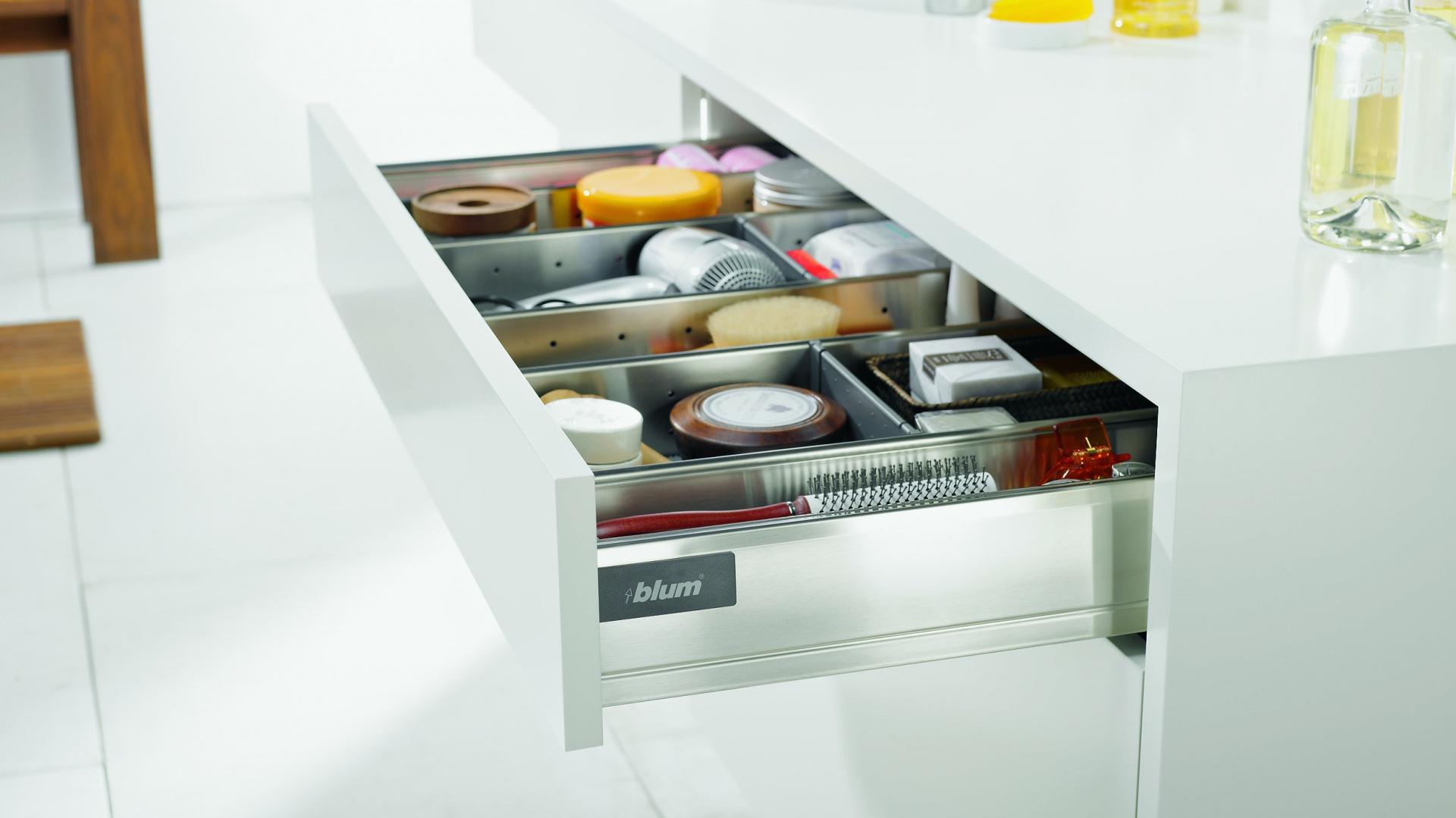 Orga-Line to wysokiej jakości system podziału wewnętrznego do szuflad standardowych i szuflad z wysokim frontem. Dzięki przestawnym pojemnikom, listwom poprzecznym i podłużnym wprowadza porządek w każdej szufladzie.  Fot. Blum.
