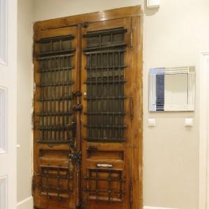 Imponujące drewniane drzwi wejściowe. Fot. Bartosz Jarosz.