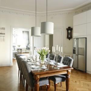 Z jednej strony kuchni mamy przejście do salonu  i do głównego korytarza, z drugiej natomiast do  sypialni właścicielki. Fot. Bartosz Jarosz.