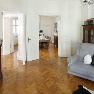 Mieszkanie w ponad dwustuletniej kamienicy zachowało swój niezwykły charakter i klimat retro. Fot. Bartosz Jarosz.