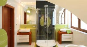 Łazienka dla dwojga to nie tylko miejsce codziennej toalety, ale także relaksu dla niej i dla niego. Urządzając, pamiętajmy o miejscu na kosmetyki i przybory obojga użytkowników.