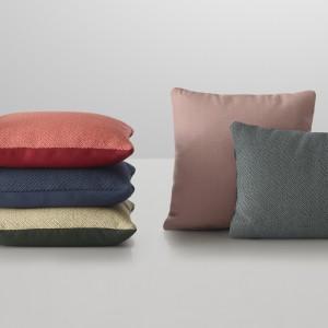 Dwustronne poduszki dekoracyjne Mingle, dostępne w wielu kolorach. Projektant Thomas Bentzen połączył różne tkaniny,faktury i kolory. Fot.Muuto.