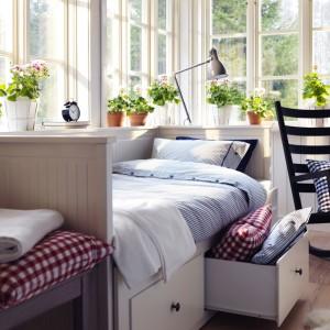 Doniczki z żywymi kwiatami wprowadzą do sypialni świeżość. Fot.Ikea.
