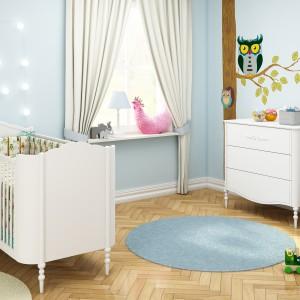 Charakteru biało-błękitnej aranżacji dodają wesołe sówki zdobiące ścianę i pościel. Fot. Bellamy.