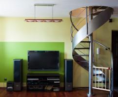 Łazienka z wanną dla dwojga. Jasne kolory płytek. Elementy dekoracyjne.