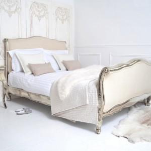 Stylizowane, przecierane łóżko Riviera z ozdobną ramą. Fot. Sweetpea &  willow.