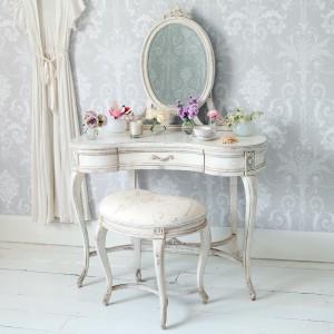 Stylizowana toaletka z owalnym, zdobionym lustrem. Fot. Instagoos