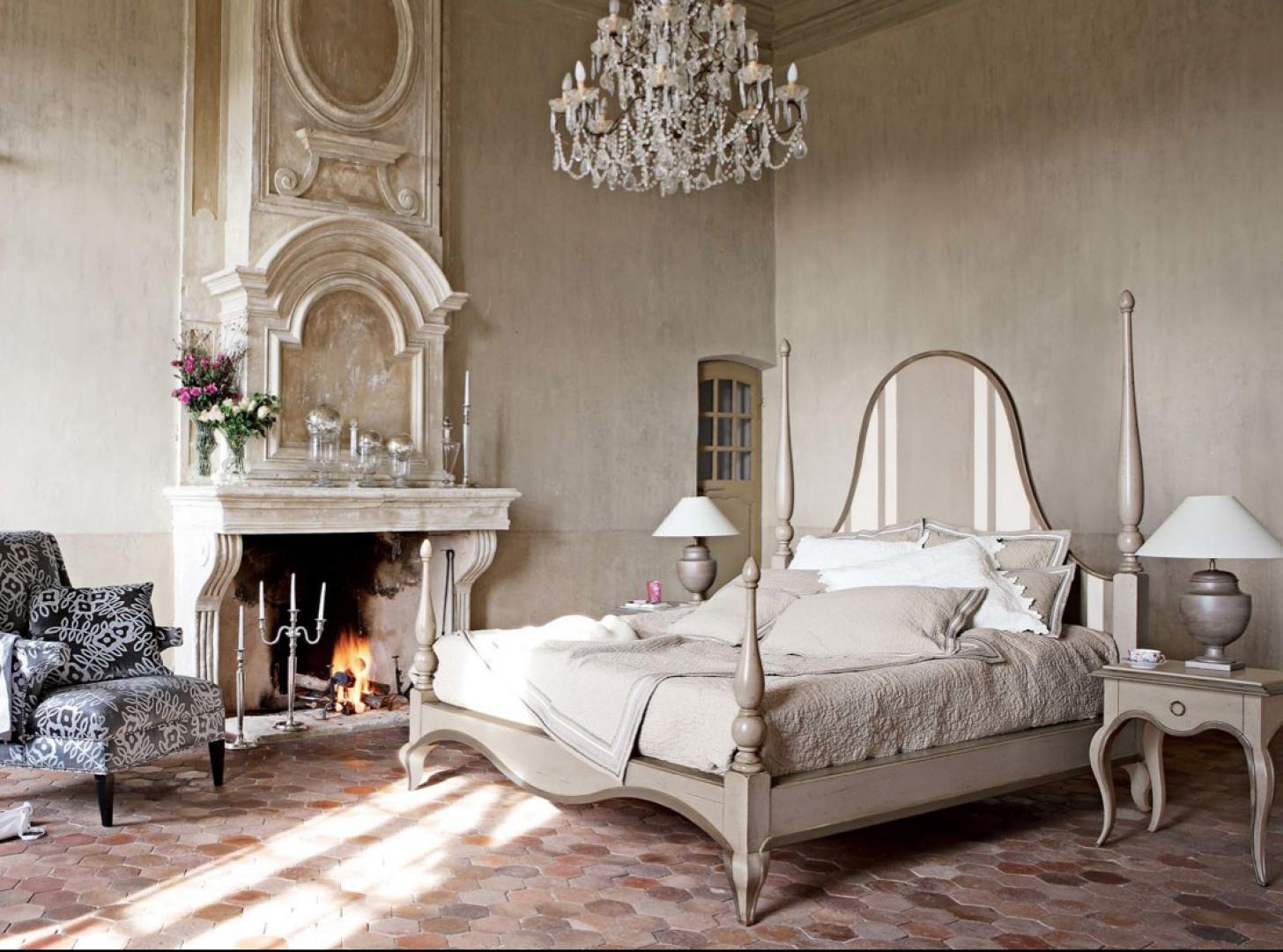 Przetarte meble o bogatej, dekoracyjnej formie. Połączenie stylu vintage, glamour i schabby chic. Fot. Bilvil.