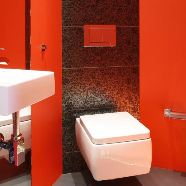 Pomalowana na czerwono – zobacz piękną łazienkę dla gości
