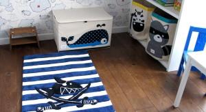 Mieszkać w pokoju pirata - to marzenie niejednego małego chłopca. Pokazujemy, jak wykorzystując biało-granatowe meble i żeglarskie dodatki można spełnić to dziecięce pragnienie.