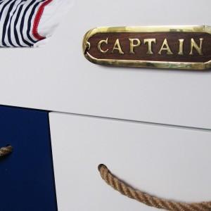 Uchwyty w szufladach łóżka wykonano z liny żeglarskiej. Fot. Benjamin Moore.