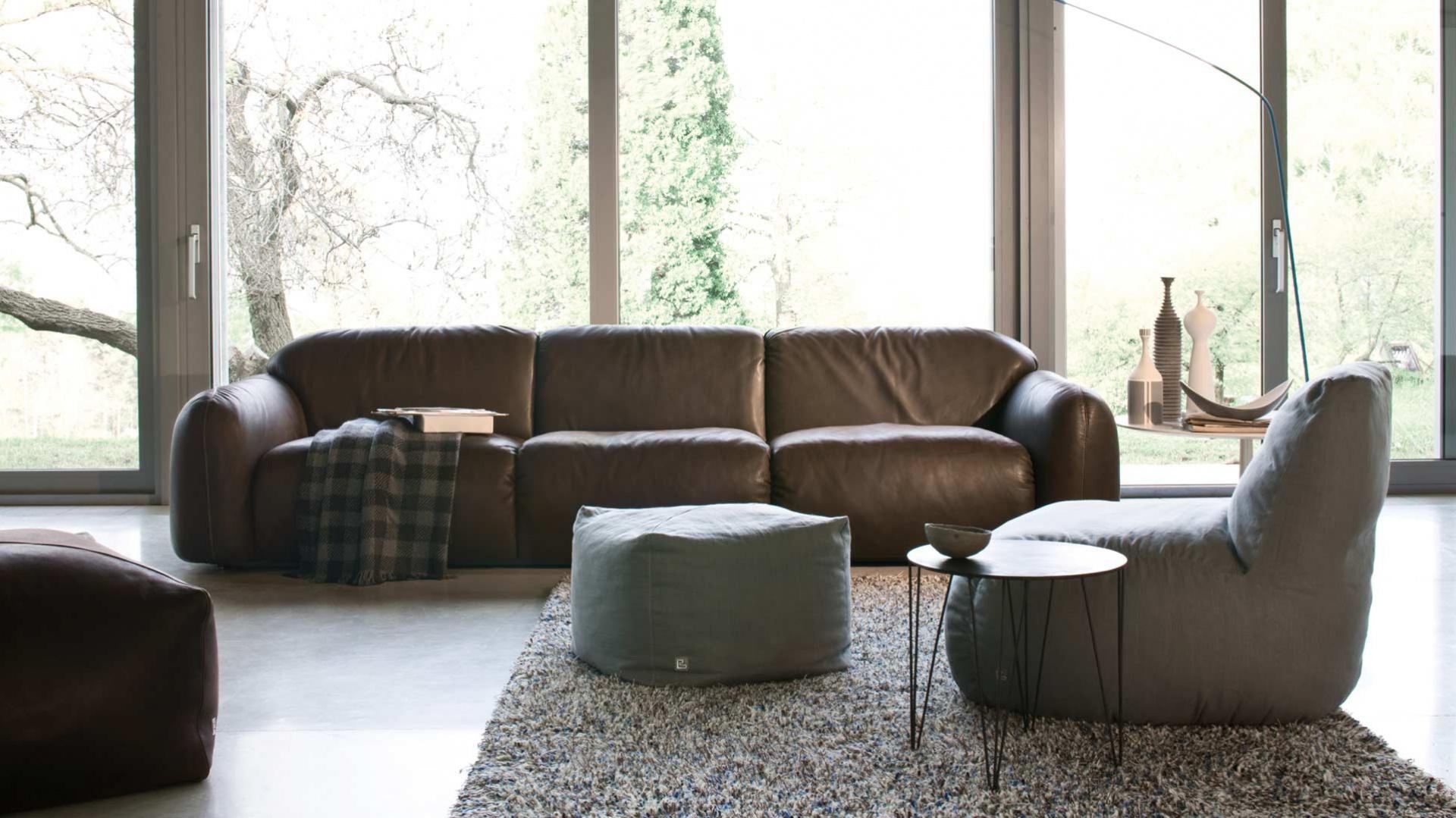 Klasyczna, skórzana, brązowa kanapa w każdym wnętrzu prezentuje się doskonale. Fot. Busnelli.