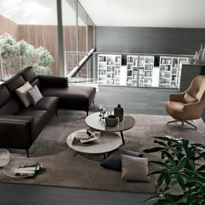 Stonowaną aranżację rozjaśnia fotel obrotowy w kolorze jasnego, ciepłego brązu. Fot. Colombini Casa.