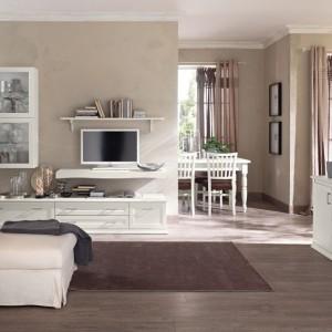 Ściany i podłoga w kolorze brązu stanowią znakomite tło dla białych mebli. Fot. Colombini Casa.