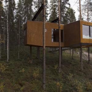 Dragon Fly jest największym drzewnym domem w naszym zestawieniu - ma powierzchnię aż 52 m2. Wyposażono go nawet w salę konferencyjną! Oczywiście WiFi i luksusowe łazienki także są na miejscu.  Fot. Tree Hotel, Szwecja.