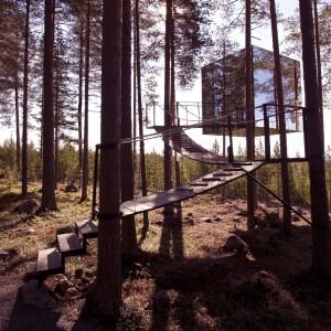 Mirror Cube to dom, którego.... nie ma! Z zewnątrz został pokryty lustrzanymi taflami, dzięki czemu w chłodnym szwedzkim lesie stał się praktycznie niewidoczny. We wnętrzu skrywa całkiem luksusowe gniazdko do wynajęcia. Fot. Tree Hotel, Szwecja.