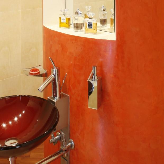 Toaleta dla gości ze ścianką działową – oryginalny kolor i technika dekoracji ścian