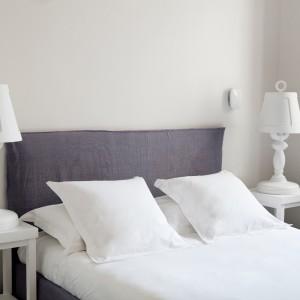 Biała lampka nocna o klasycznym kształcie.Fot. Hotel White1921, Saint Tropez.
