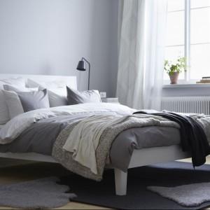 Obok łóżka znajdują się czarne lampki LED Tisdag, które wprowadzają do sypialni mocny akcent kolrytyczny.Fot.Ikea.