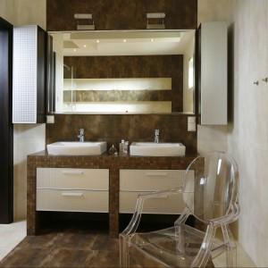 W łazience przeznaczonej dla dwojga duża tafla lustra spaja wydzielone tu przestrzenie użytkowe. Projekt Jolanta Kwilman. Fot. Bartosz Jarosz.