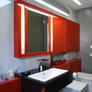 Podświetlane lustro stanowi element dekoracyjny lakierowanych na wysoki połysk szafek. Projekt Nasciturus Design Kiełek, Komorowska. Fot. Monika Filipiuk-Obałek.