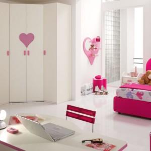 Biało-różowy pokój ozdobiony motywem serca. Fot. Spar.