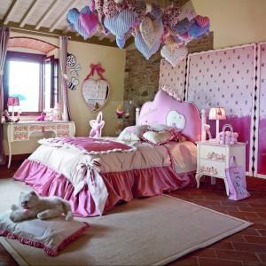 Piękny, romantyczny, barokowy pokój spodoba się każdej małej księżniczce. Fot. Volpi.