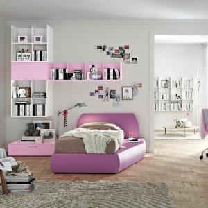 Niestandardowe różowe łóżko czyni pokój nastolatki niezwykle oryginalnym. Fot. Tomasella.