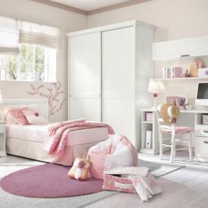 Jasnoróżowe dodatki sprawiły, że biały pokój zyskał cieplejszy, romantyczny charakter. Fot. Colombini Casa.
