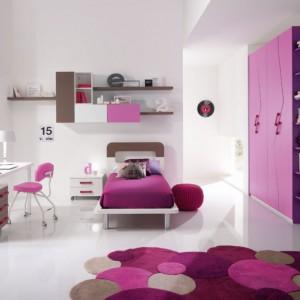 Różne odcienie różu równoważy biel na ścianach oraz podłodze. Fot. Spar.
