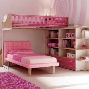Różowe łóżko piętrowe znakomicie sprawdzi się w pokoju sióstr. Fot. Moretti Compact.