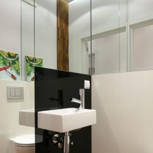 """Bardzo mała łazienka gościnna z każdej strony została """"otoczona"""" lustrami. To celowy zabieg pozwalający poczuć przestrzeń w niedużym pomieszczeniu. Projekt Katarzyna Merta-Korzniakow. Fot. Bartosz Jarosz."""