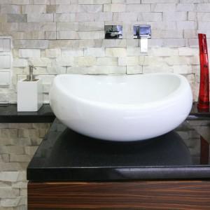 Kamień o strukturze łupanej Guam to tylko jeden z wielu elementów dekoracyjnych tej łazienki. Projekt Małgorzata Mazur. Fot. Bartosz Jarosz.