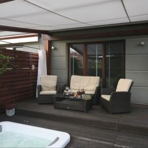 Wygodne meble ogrodowe stanowią przedłużenie strefy wypoczynkowej w salonie. Projekt Monika Włodarczyk i Jarosław Jończyk. Fot. Bartosz Jarosz.