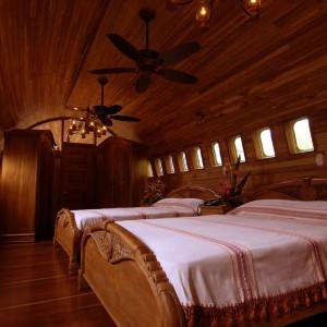 Sypialnia we wnętrzu starego samolotu. Fot. Hotel Costa Verde, Costaverde.com
