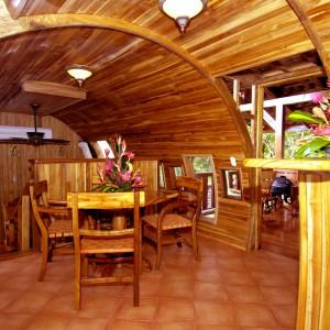 urządzona w drewnie jadalnia. Fot. Hotel Costa Verde, Costaverde.com