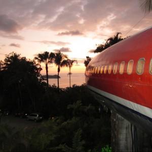 Widok z domu-samolotu o zachodzie słońca. Fot. Hotel Costa Verde, Costaverde.com