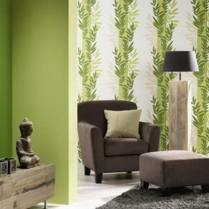 Modnym trendem jest oklejenie jednej ze ścian inną tapetą, np. w roślinne wzory. Kolekcja Novara marki P+S International. Fot. P+S International.