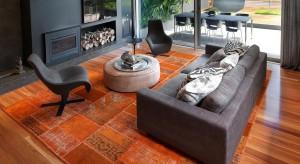 Twój salon wydaje się smutny? A może po prostu brakuje Ci energii? Jeden i drugi problem może rozwiązać dawka pozytywnego koloru. Zobacz, jak pomarańczowe detale mogą ożywić pokój i poprawić samopoczucie.