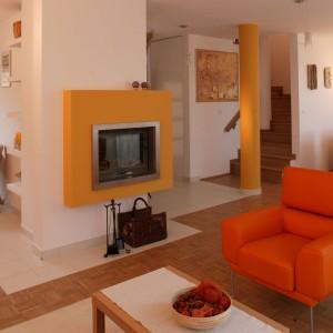 Kolumna i ściana kominkowa nawiązują kolorystyką do mebli wypoczynkowych. Fot. Archiwum Dobrze Mieszkaj.