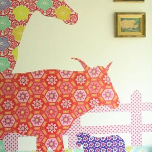 Oryginalna dekoracja ścienna przedstawiająca  kolorowe zwierzęta zamieszkujące wiejską zagrodę. Fot. Archiwum Dobrze Mieszkaj.