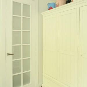 Duża trzydrzwiowa szafa to miejsce, w którym przechowywana jest garderoba rodzeństwa. Fot. Archiwum Dobrze Mieszkaj.