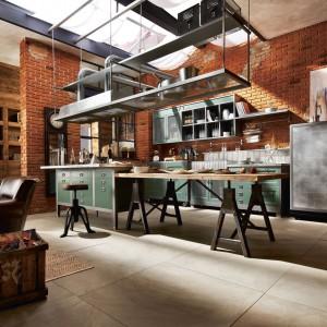 Kuchnia z kolekcji Loft to propozycja od marki Marchi Cucine. Cegła na ścianie w połączeniu ze stalowymi elementami nadają przestrzeni oryginalny charakter. To doskonała propozycja dla osób stawiających na indywidualny styl i nietypowe rozwiązania.