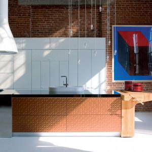 Funkcjonalna kuchnia Mesa marki Schiffini zaprojektowana przez Alfreda Häberli. Materiały: ciepłe, dotykowe wykończenia, dekoracyjne wzory w postaci pozornie przypadkowych małych, okrągłych zagłębień, asymetryczne podziały tworzone przez moduły wysokiej zabudowy szaf. Wykończenie frontów szaf może być gładkie lub trójwymiarowe – okrągłe zagłębienia.