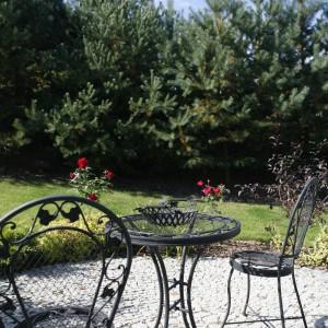 Delikatne, ażurowe mebelki ogrodowe nawiązują do okrągłych form. Fot. Bartosz Jarosz.